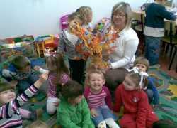 Pani_Iwonka_z_dziemi__i_naszym_drzewkiem_zrobionym_przez_dzieci