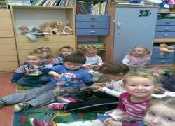dzieci_ciesz_sie_z_prezentw_i_zerkaja_na_mikoaja